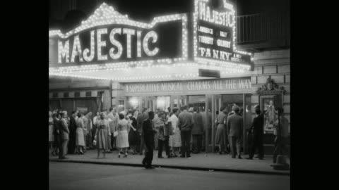vídeos de stock, filmes e b-roll de 1950's - crowd entering in majestic theater showing 'fanny' at night, manhattan, new york city, new york state, usa - letreiro de teatro