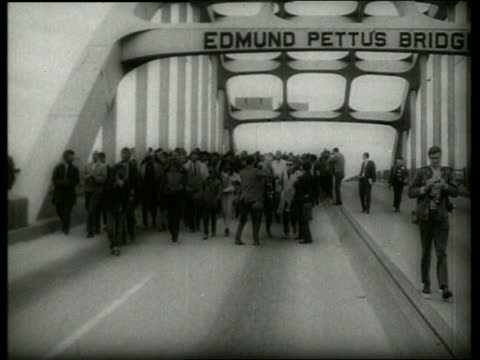 stockvideo's en b-roll-footage met b/w 1960's crowd in civil rights march on bridge / selma alabama / sound - 1965