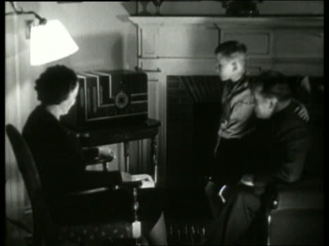 vídeos de stock e filmes b-roll de b/w 1930's family listening to radio in living room / no sound - 1930