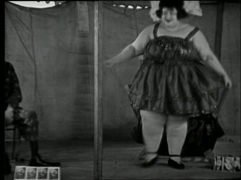 b/w 1920's fat woman and very skinny man in carnival side show - ausgemergelt stock-videos und b-roll-filmmaterial