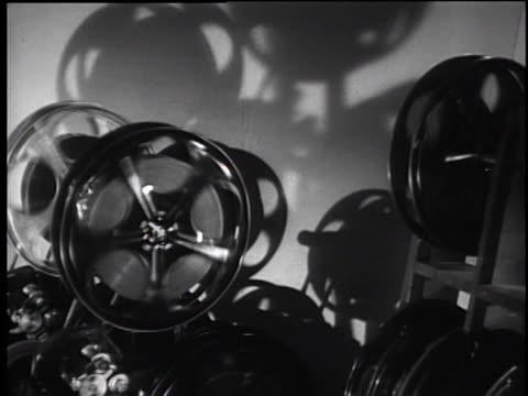vídeos y material grabado en eventos de stock de 1930's film reels rolling on a projector - plató de cine