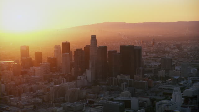 vidéos et rushes de la's financial district backlit by sunset - comté de los angeles