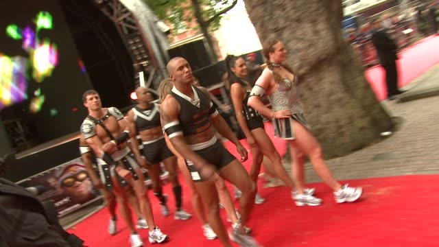vidéos et rushes de s gladiators at the hancock premiere at london . - gladiateur