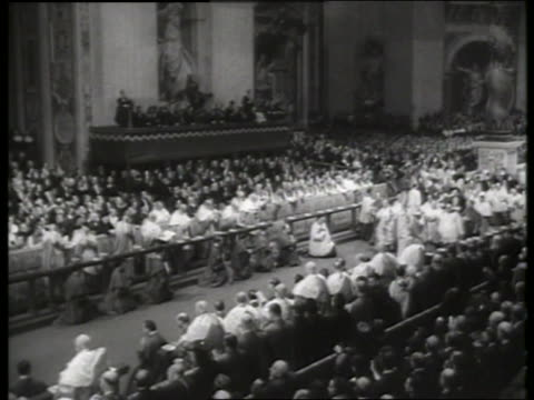 vídeos de stock e filmes b-roll de b/w 1960's high angle of pope paul vi walking thru crowded st peter's basilica / rome - basílica de são pedro