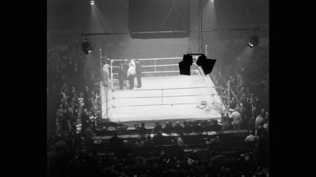 1950's high angle view of boxers arriving in boxing ring - 格闘技リング点の映像素材/bロール