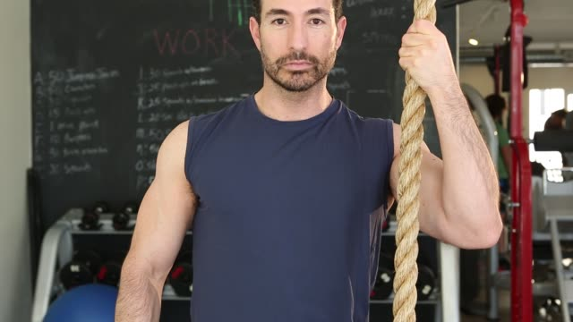 vidéos et rushes de 40's hispanic man working out in gym - musculation