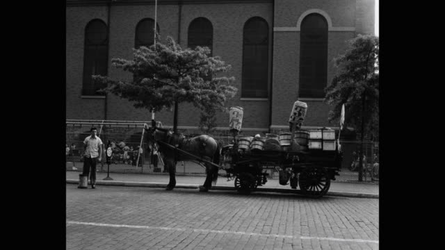 stockvideo's en b-roll-footage met 1950's - horse and cart on west houston st in front of church of st anthony of padua, new york city, new york state, usa - paardenkar