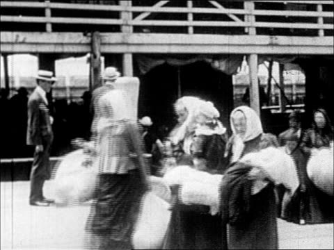 1900's immigrants arriving at ellis island - einwanderer stock-videos und b-roll-filmmaterial