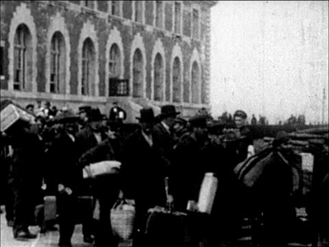 1900's immigrants leaving ellis island for a new life - einwanderer stock-videos und b-roll-filmmaterial