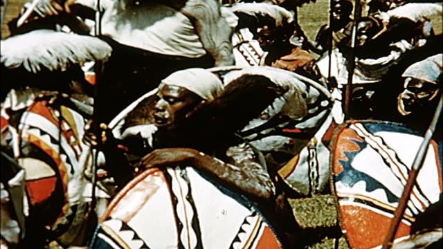 vídeos de stock e filmes b-roll de 1960's kenya traditional ceremonial dance - dança da guerra