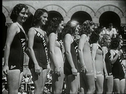 b/w 1940's line of miss america contestants in swimsuits / atlantic city - spielkandidat stock-videos und b-roll-filmmaterial