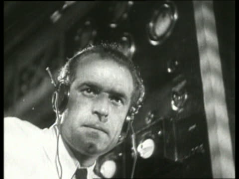 b/w 1930's low angle close up of man wearing headphones / no sound - nur männer über 30 stock-videos und b-roll-filmmaterial