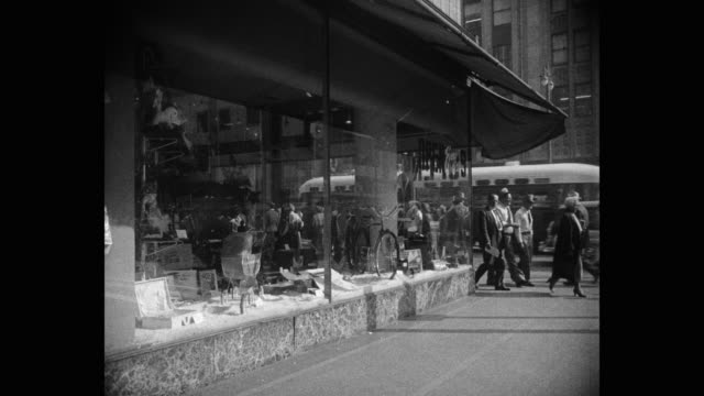 vídeos de stock, filmes e b-roll de 1950's - medium shot of people walking on sidewalk in front of store, los angeles, california, usa - traje completo