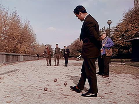 vídeos de stock, filmes e b-roll de 1960's men playing boules - cultura francesa
