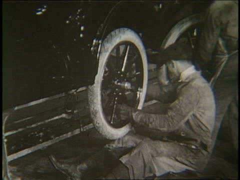 b/w 1900's men working on assembly line in car factory - 1900~1909年点の映像素材/bロール