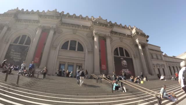 vídeos de stock, filmes e b-roll de nyc's metropolitan museum of art - establishing shot - spring 2017 - 4k - museu metropolitano de arte