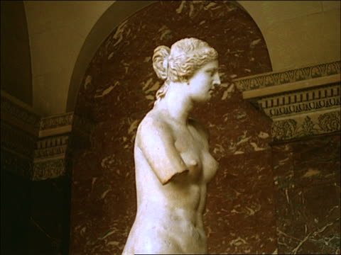 1960's montage, interior of the louvre museum - weibliche figur stock-videos und b-roll-filmmaterial