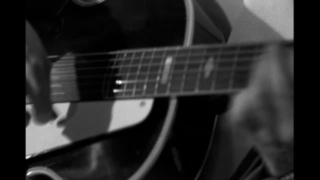 vidéos et rushes de 1930's - montage, cu men playing bass, guitar and piano - guitare