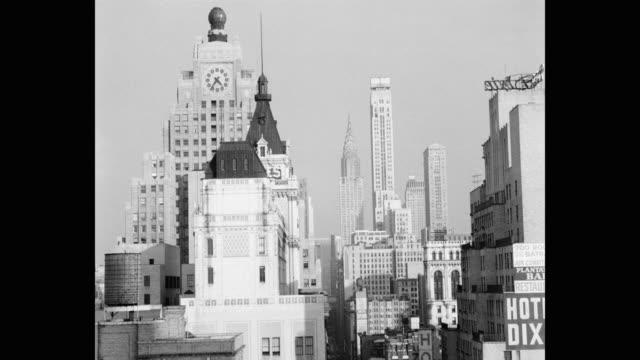 vídeos de stock, filmes e b-roll de 1950's new york city skyline with the paramount building and chrysler building, new york city, new york state, usa - paramount building