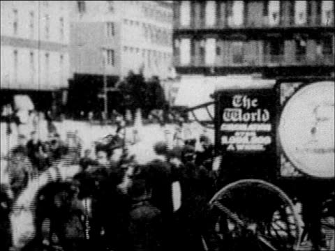 stockvideo's en b-roll-footage met 1900's new york world newspaper distribution - paardenkar