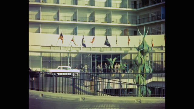 vídeos de stock e filmes b-roll de 1950's people waiting outside the beverly hilton hotel, los angeles, california, usa - patriotismo