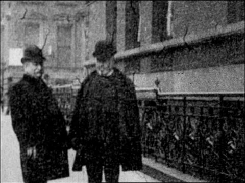 1900's - politician richard croker walking outside tammany hall with friend, - pedone ruolo dell'uomo video stock e b–roll