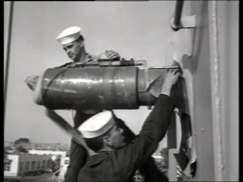 vidéos et rushes de b/w 1950's sailors cleaning guns on military ship / no - marinière