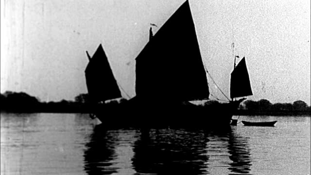 vidéos et rushes de 1930's shanghai, sailboat at dusk - jonque