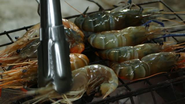 stockvideo's en b-roll-footage met bbq's garnalen op de grill - steurgarnaal