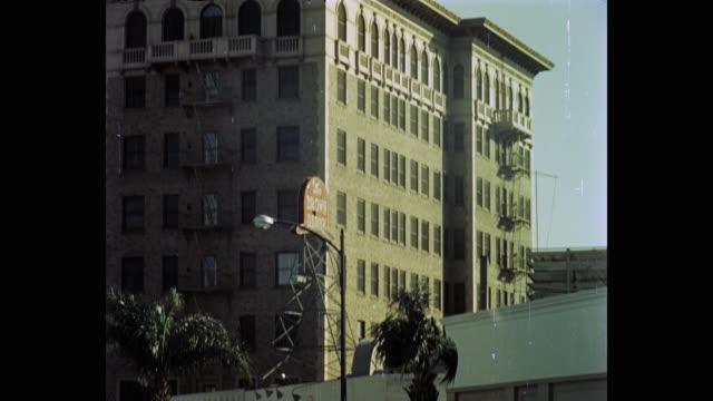 vídeos de stock, filmes e b-roll de 1950's tilt down shot of beverly wilshire hotel and the brown derby restaurant, california, usa - regent beverly wilshire hotel