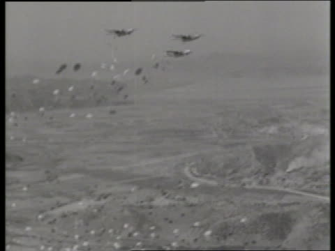 vídeos y material grabado en eventos de stock de b/w 1950's wide shot of parachutes dropping from airplanes / c119 boxcar / korea / no - c119gs