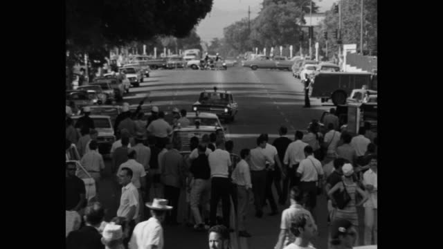 vídeos de stock e filmes b-roll de 1960's wide shot of protestors protesting on street, los angeles, ca, usa - patriotismo