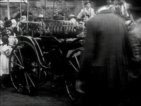 1900's wides shot crowd gathers around early automobile/ audio - 1900~1909年点の映像素材/bロール