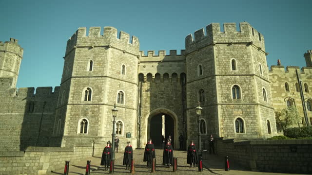 """s windsor castle the day before the funeral of prince philip, duke of edinburgh - """"bbc news"""" stock-videos und b-roll-filmmaterial"""