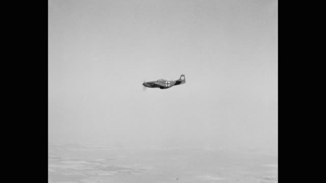 vídeos de stock, filmes e b-roll de 1940's - wwii german fighter plane flying, diving - wehrmacht