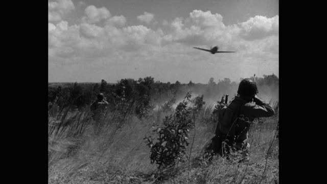 stockvideo's en b-roll-footage met 1940's - wwii us soldiers firing rifles at fighter planes flying overhead - tweede wereldoorlog
