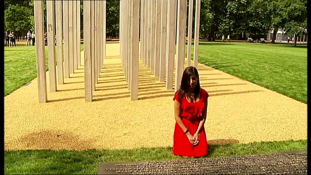 vídeos de stock e filmes b-roll de saba mozakka looking at memorial kneeling by plaque saba mozakka interview sot - ajoelhar