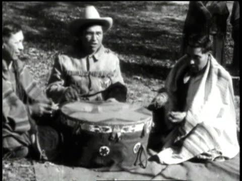 vídeos de stock e filmes b-roll de 1932 montage sac indians performing tribal ceremony / iowa, united states - dança da guerra