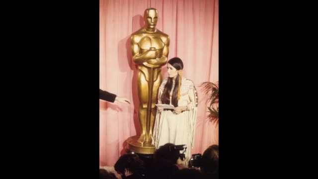 gif sacheen littlefeather holds a written statement from actor marlon brando refusing his best actor oscar on stage at the academy awards on march 27... - 1973 stock-videos und b-roll-filmmaterial
