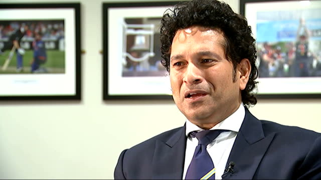 interview england london int former indian cricketer sachin tendulkar arriving and greeted by channel 4 news presenter krishnan gurumurthy who asks... - channel 4 news stock-videos und b-roll-filmmaterial