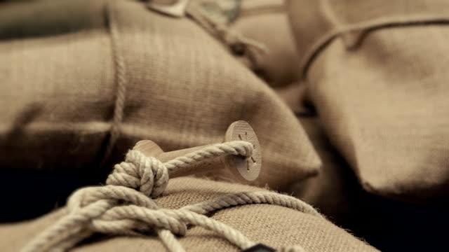 サックス、シリアルにロープ紐 - 麻袋点の映像素材/bロール
