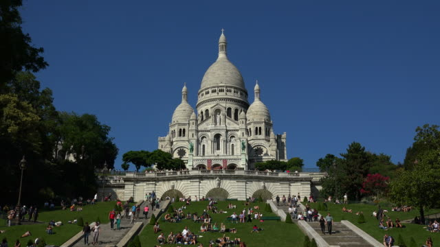 sacré-coeur, basilica of the sacred heart of paris - basilique du sacre coeur montmartre stock videos & royalty-free footage