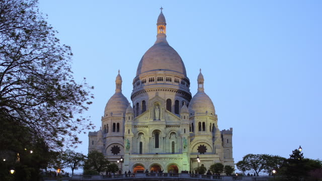 T/L ZO Sacre Coeur Basilica at sunset / Paris, France