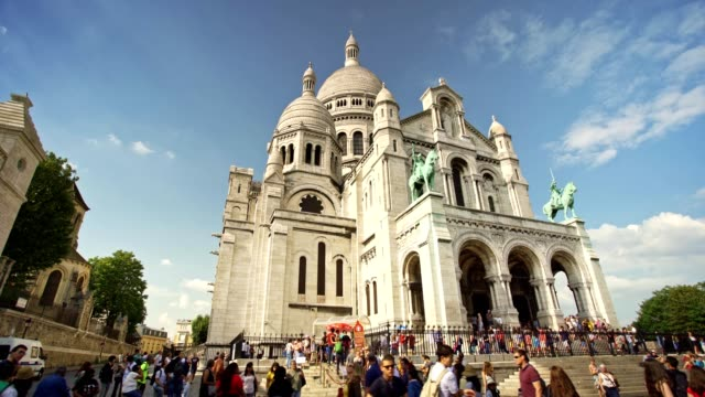 sacre coeur basilica in paris montmartre - basilique du sacre coeur montmartre stock videos & royalty-free footage