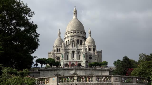 sacre coeur basilica on montmartre, paris, ile de france, france - basilique du sacre coeur montmartre stock videos and b-roll footage
