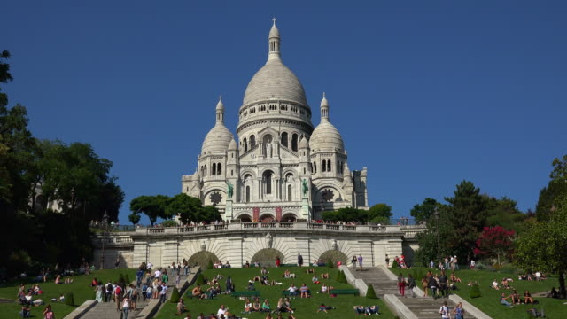 sacre coeur basilica on montmartre, paris, ile de france, france - basilique du sacre coeur montmartre stock videos & royalty-free footage