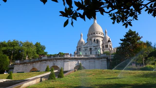 vídeos y material grabado en eventos de stock de sacre coeur basilica, track left - basílica del sagrado corazón de montmartre