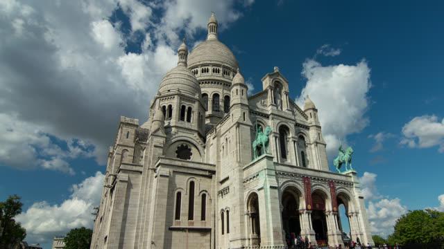 t/l  wa la sacre coeur church in paris, france with clouds - rappresentazione di animale video stock e b–roll