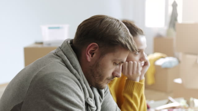 stockvideo's en b-roll-footage met sad en teleurgesteld man en vrouw omdat die ze hun huis moeten overstappen - echtscheiding