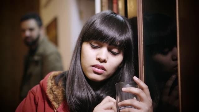 考える悲しいアジア若い女。 - 目が回る点の映像素材/bロール